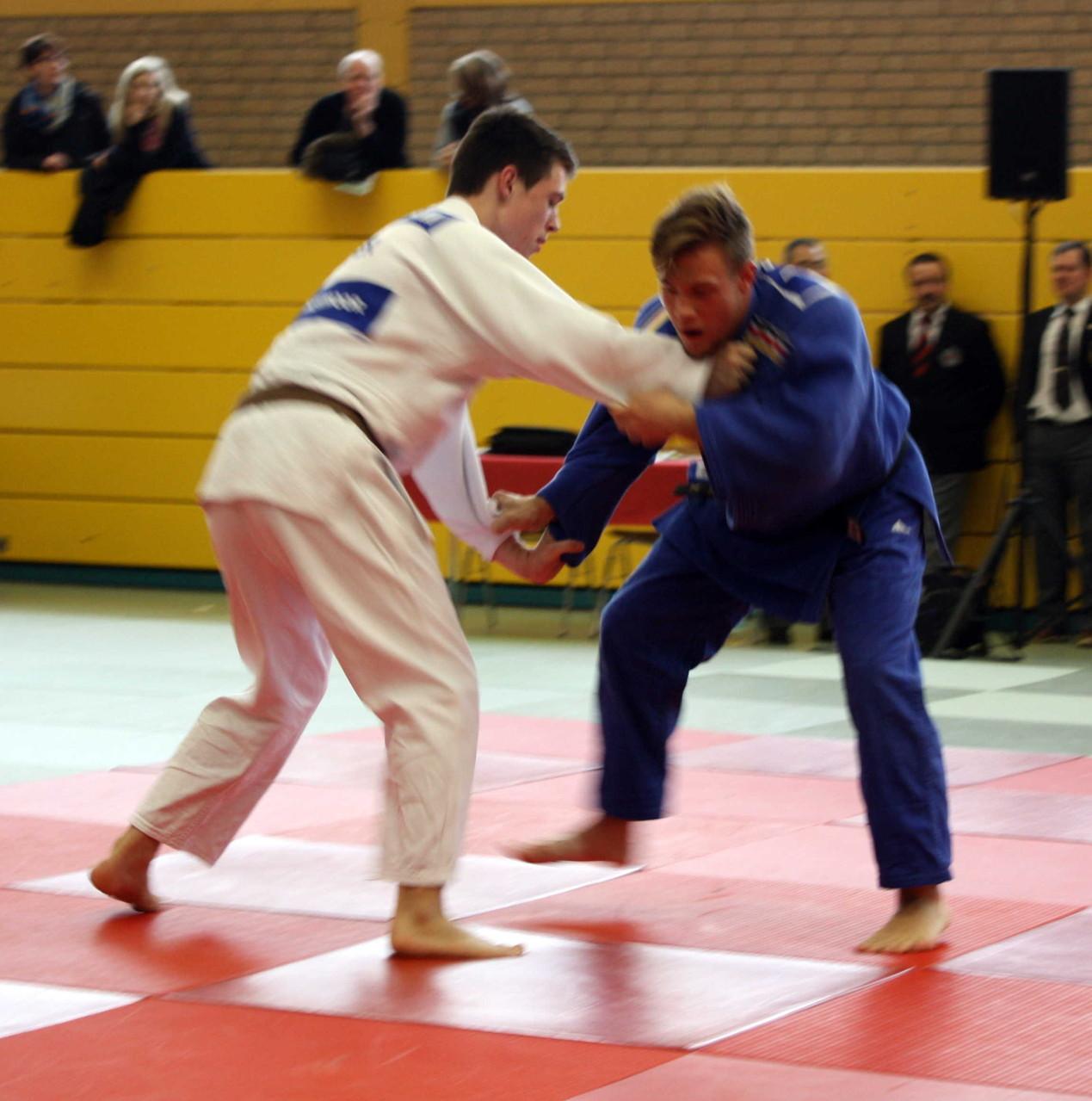 Björn Griemsmann li. im weißen Judogi, versucht eine Angriffsposition zu finden