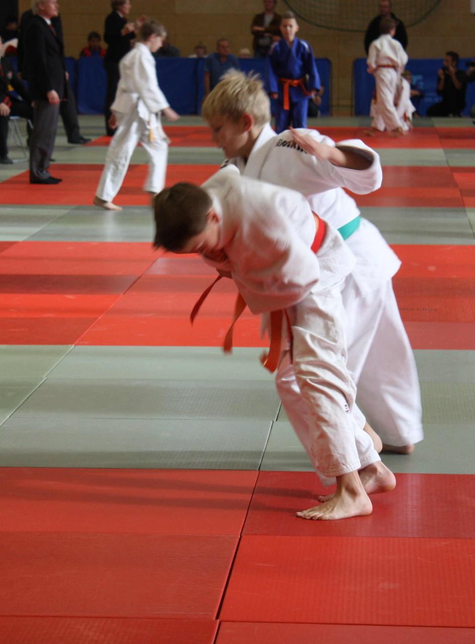 Kolja Pätzold (mit rotem Gürtel vorn) beim erfolgreichen Wurfangriff mit Seoi-Nage.