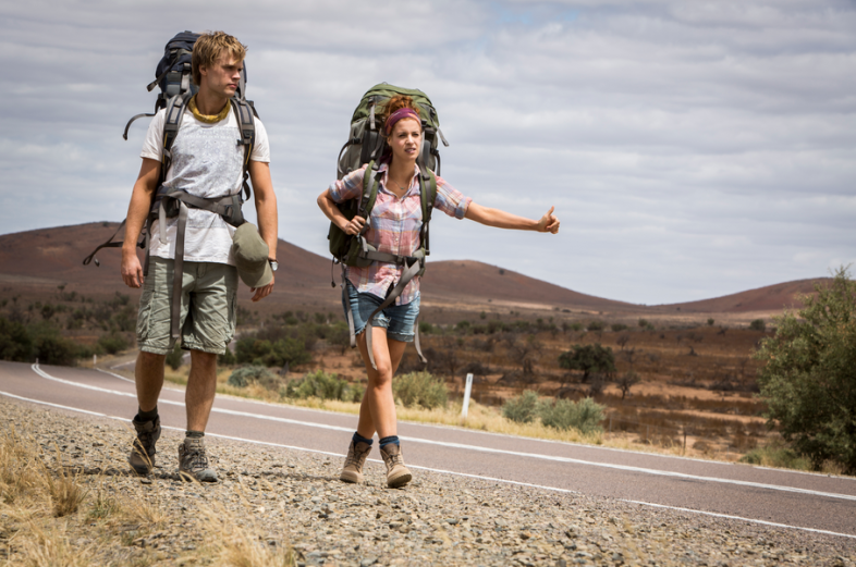 Ca ne concerne que les jeunes et c'est voyager en faisant du stop avec un sac à dos (backpacker)