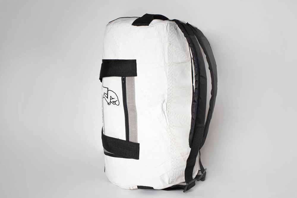 Schweres Gewicht: Die Tasche kann schwer beladen werden. Das widerstandsfähige Segelmaterial ist stark und die Rucksack-Funktion erleichtert das Tragen. Die Tasche ist mit gepolsterten und verstellbaren Schultergurten ausgestattet.
