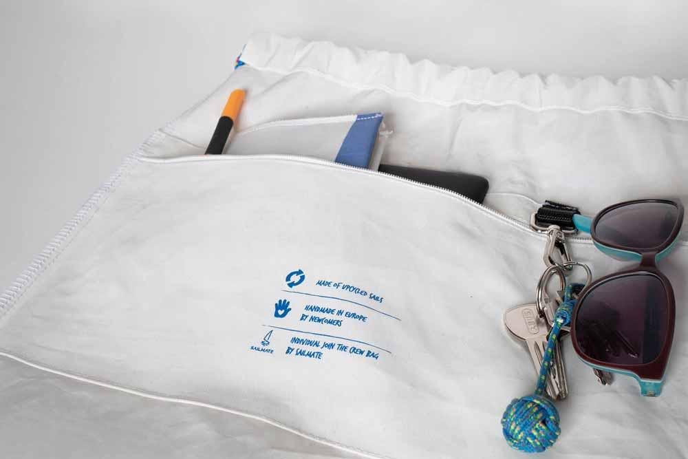 Innenausstattung: Der Segelbeutel hat ein großes Hauptfach, sodass die wichtigen Dinge zur Hand sind. Außerdem eine separate Innentasche mit Reißverschluss und einen praktischen Schlüsselhalter, damit Nix untergeht.
