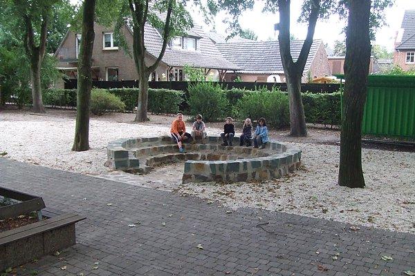 Schulhof mit Freilluftklasse im September 2010