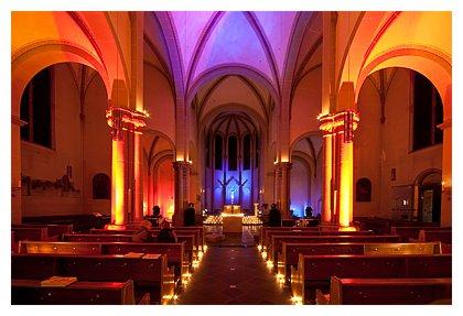 Katholische Kirche in Bensberg mit Kerzenlicht am 27.11.2010