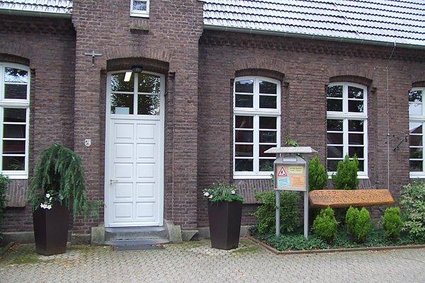 Haupteingang der Grundschule im Mai 2010