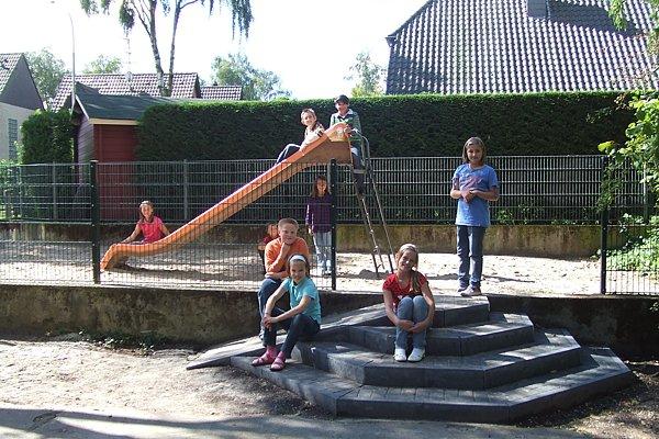 Spielplatz am Hoensbergweg mit Zugang vom Schulgelände im September 2010