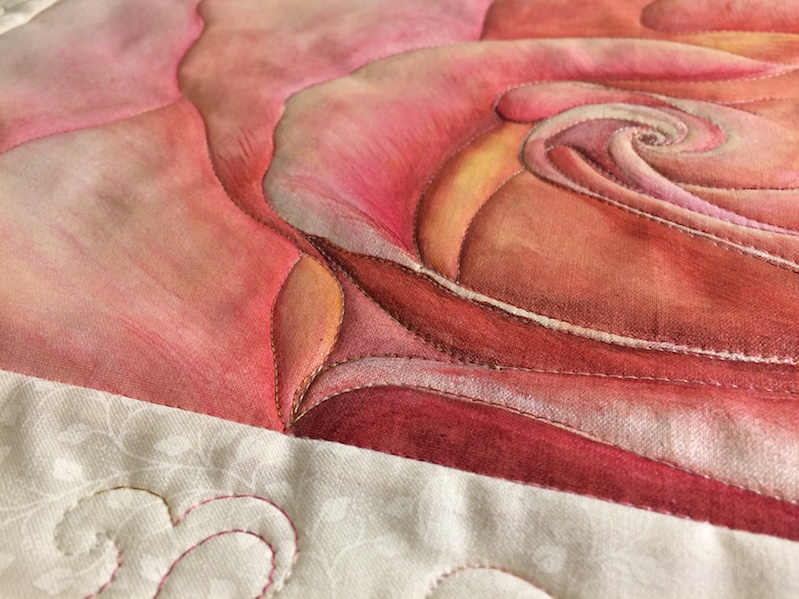 Detail aus Rose auf Stoff, Quiltmalerei