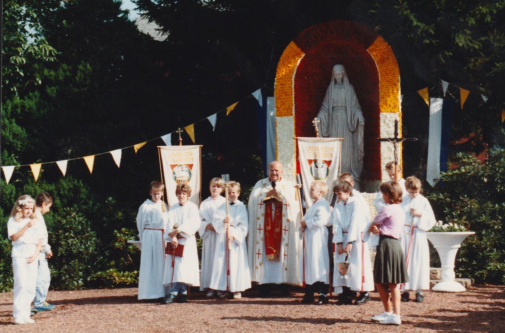 1989 zur 25 Jahrfeier mit Pastor Levieux