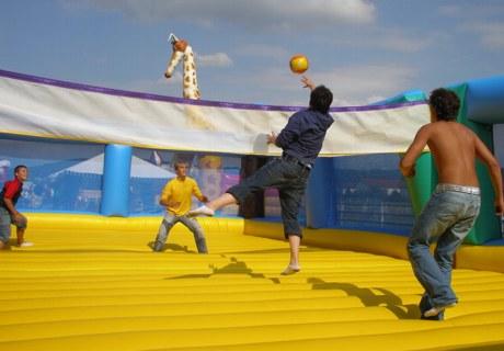 Hüpfburgvolleyball - Spiel und Spaß auf der Firmenfeier