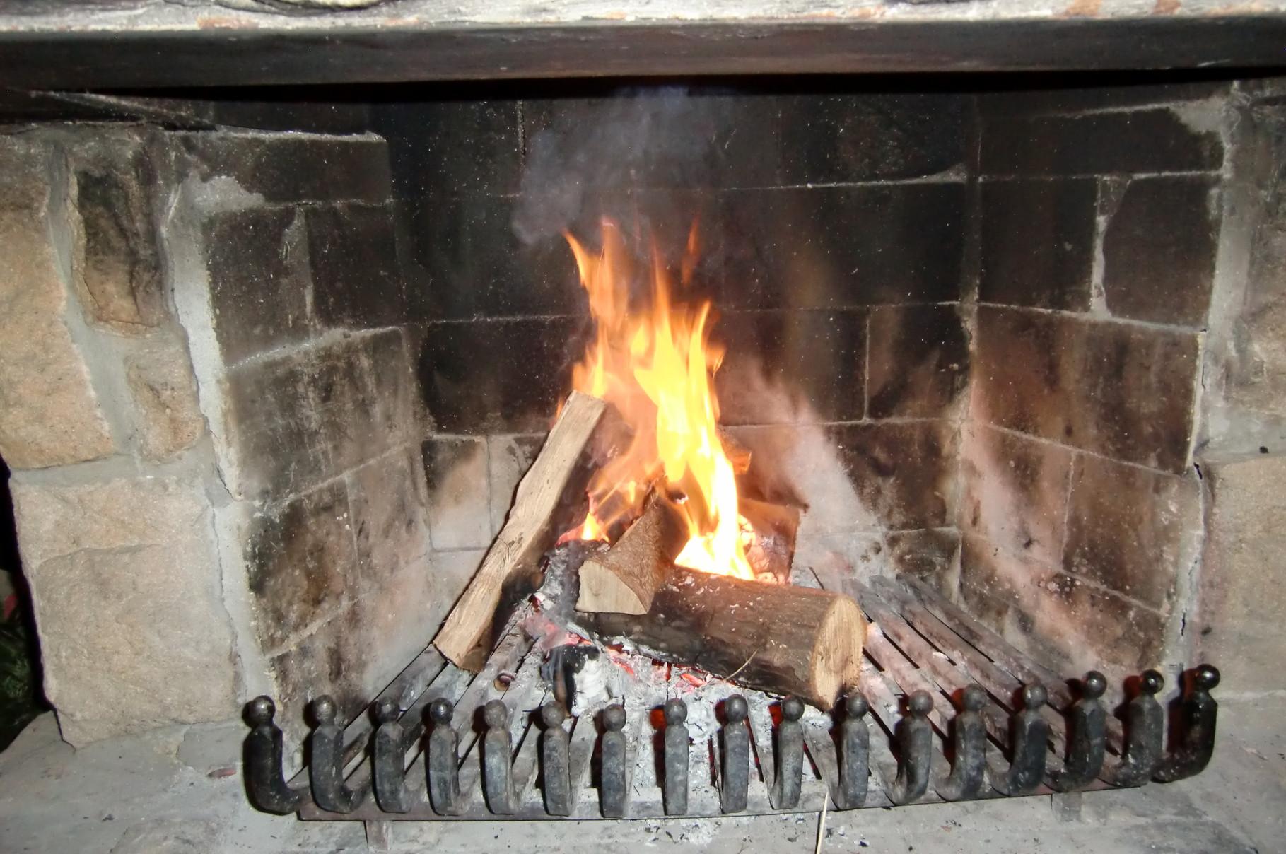 Das Feuer im Kamin bringt heimelige Wärme