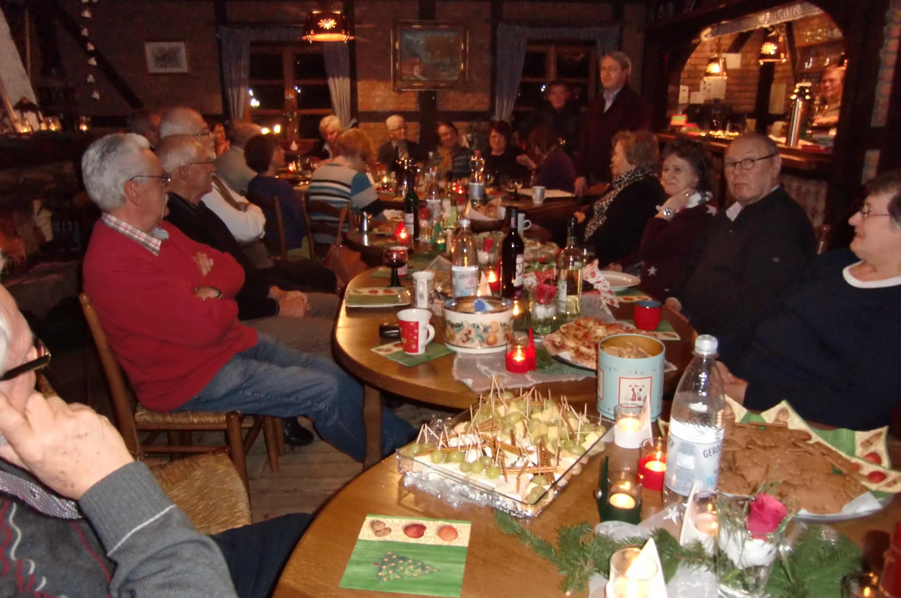 Der Tisch ist weihnachtlich gedeckt