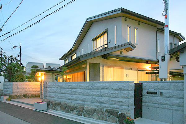 住宅の石塀工事 白御影石割肌仕上げ、江戸切り加工 G623