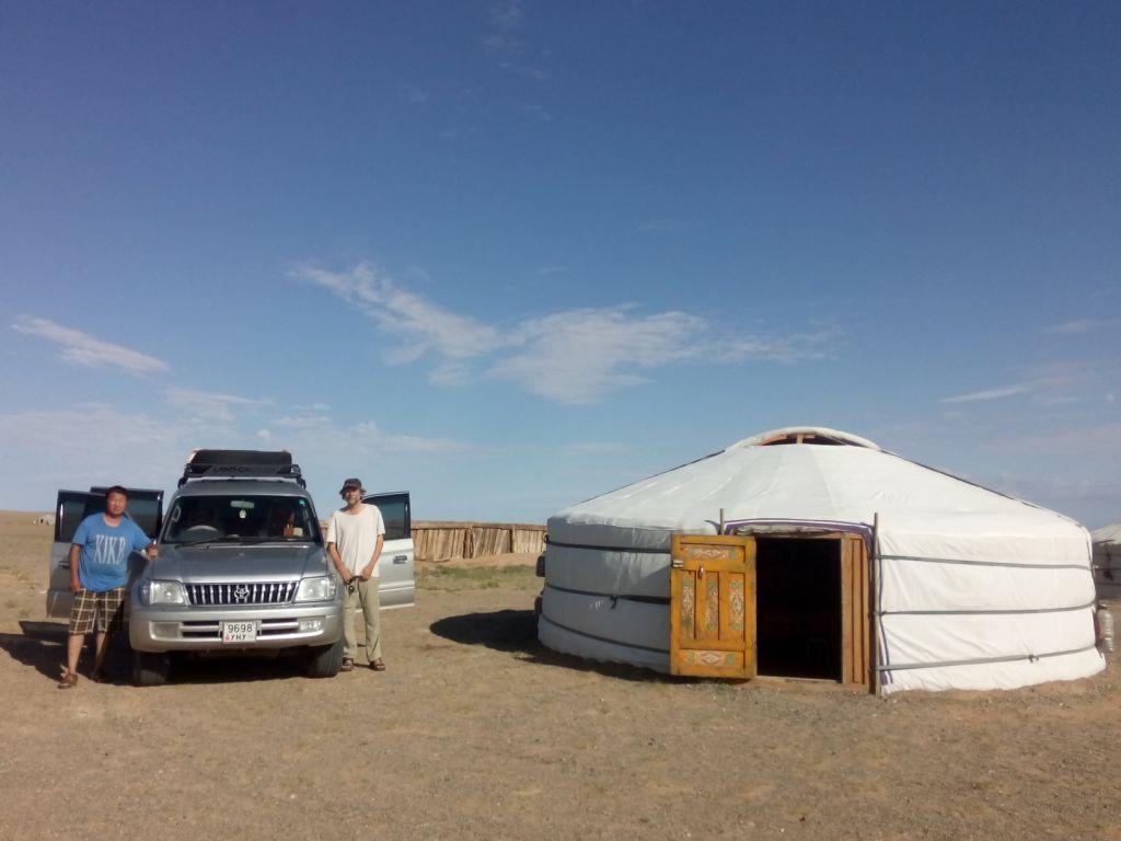 mit Ege im Jurtencamp, Wüste Gobi, Mongolei