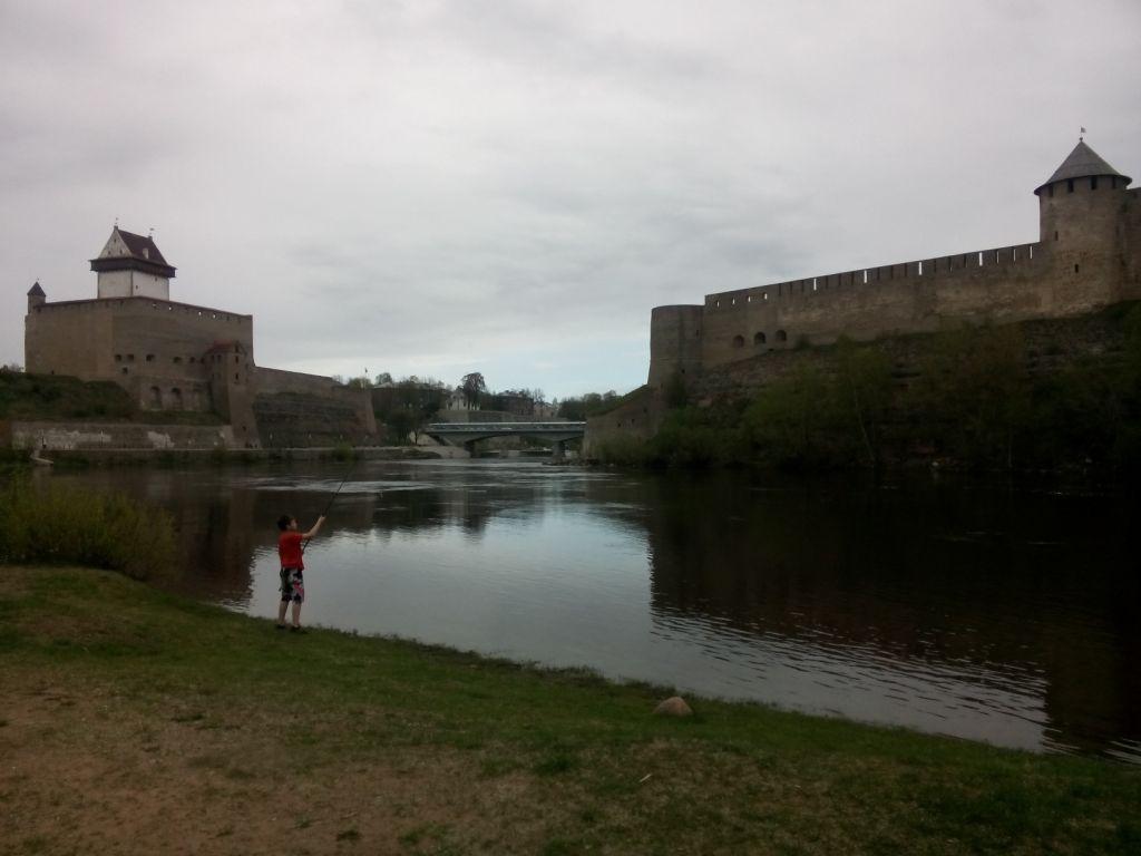 Narva: links die Hermannsfeste (Estland), rechts die Feste Iwanogorod (Russland)