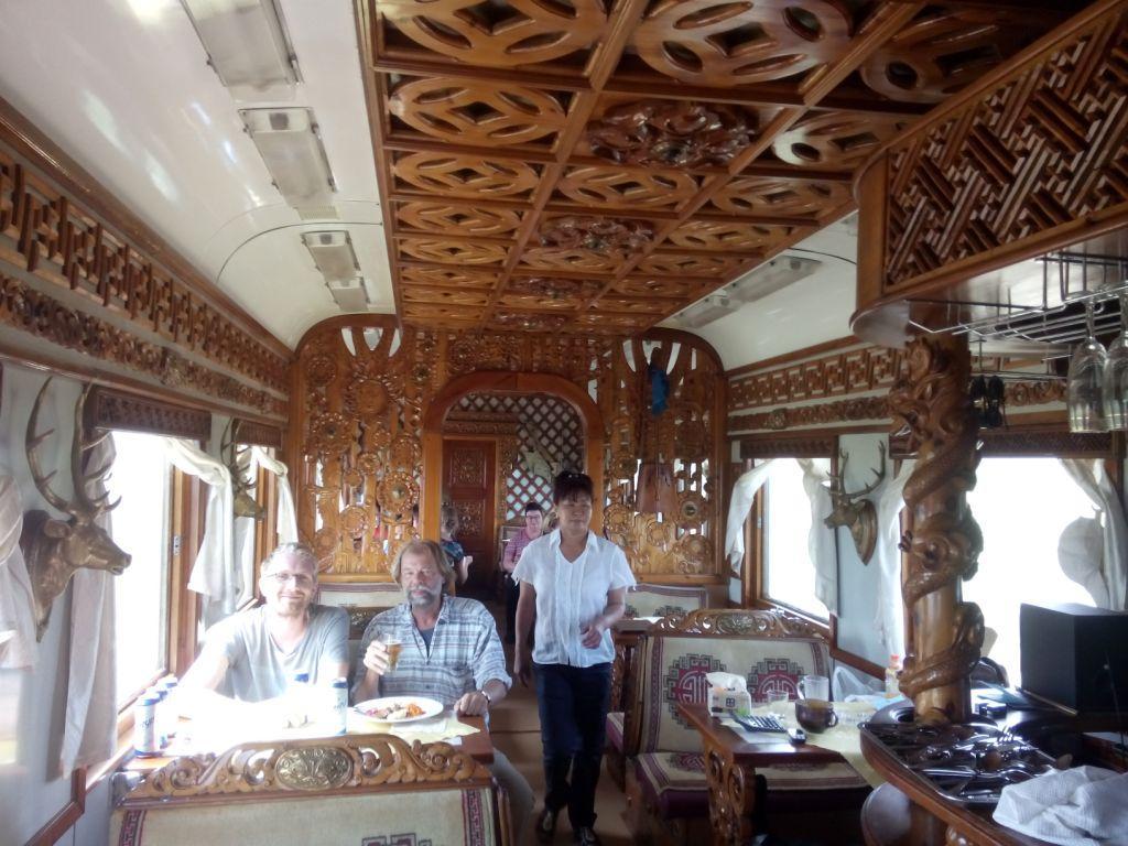 mit Matthias im mongolischen Speisewagen