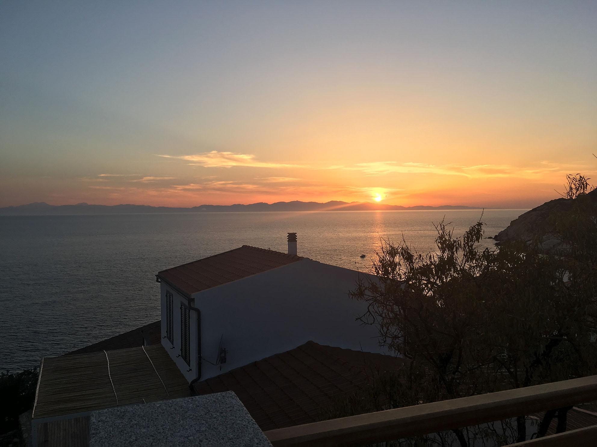 spettacolo notturno: tramonto dietro le montagne della Corsica
