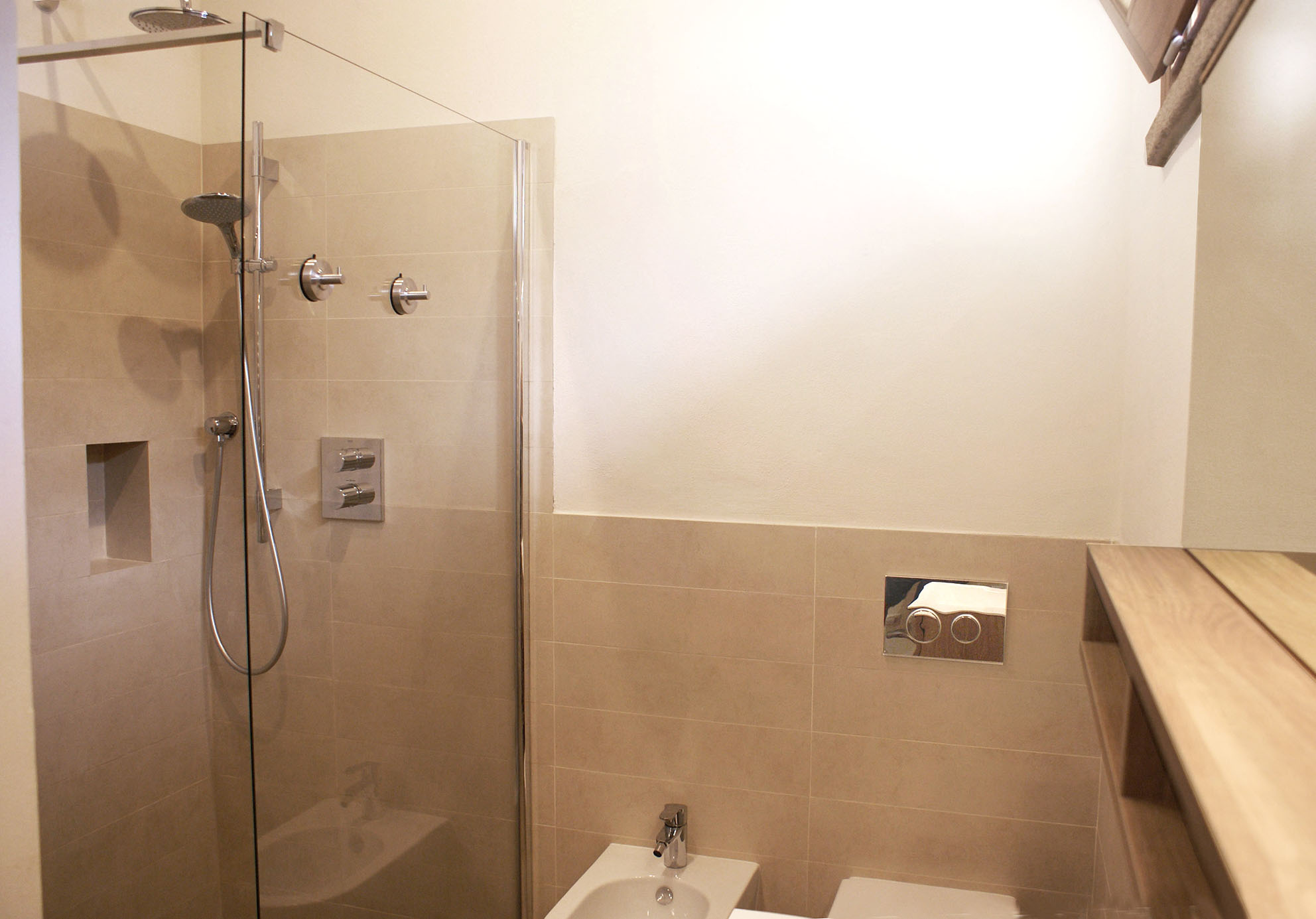 ...geräumiger Dusche, WC und Bidet