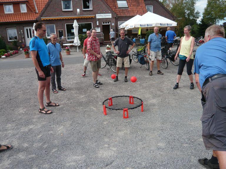 Das Spiel auf dem Dorfplatz rundetet den Nachmittag ab ...