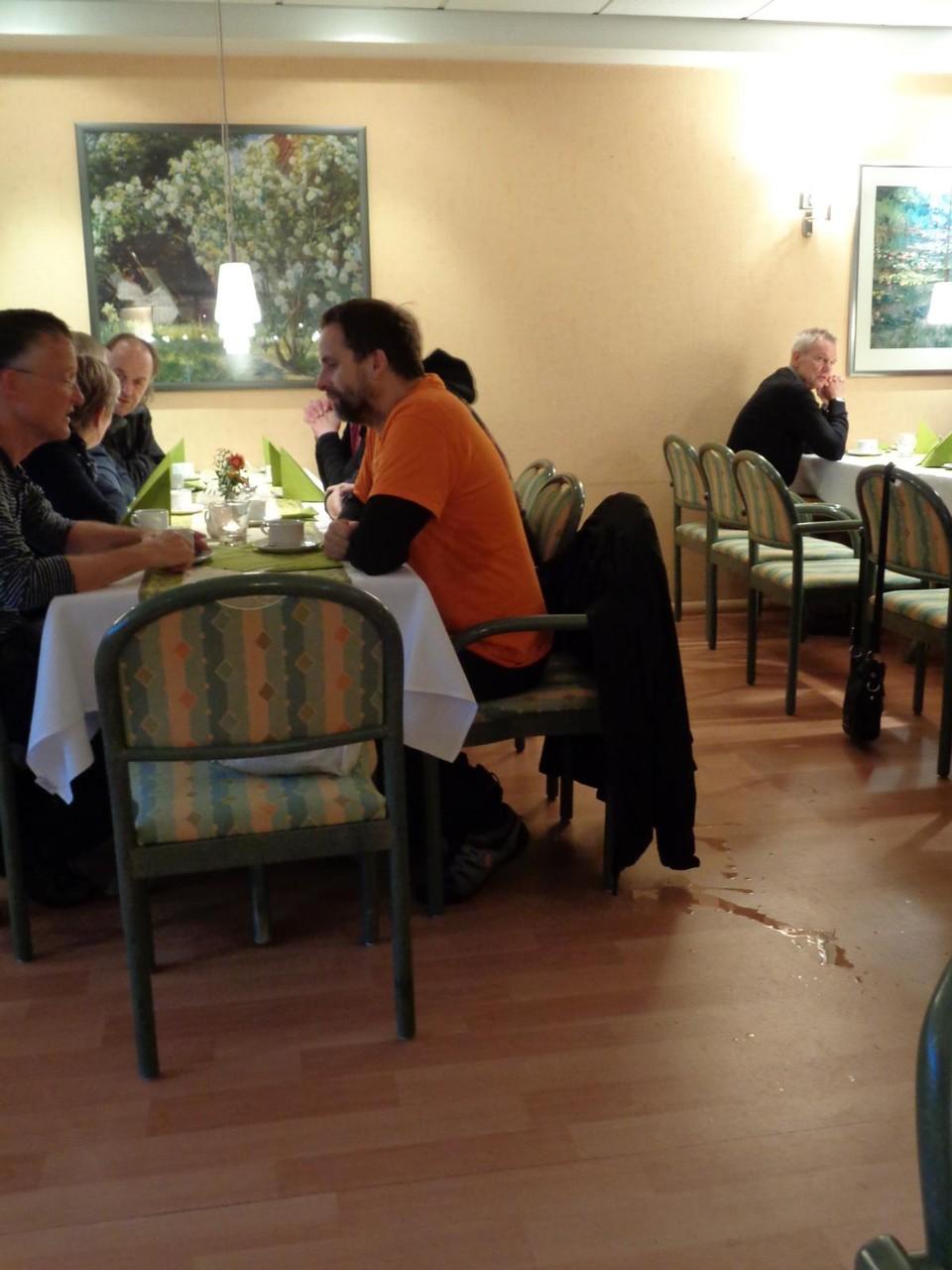 Für die Frühstücksausfahrt empfiehlt sich immer ein Café mit Laminatfußboden.