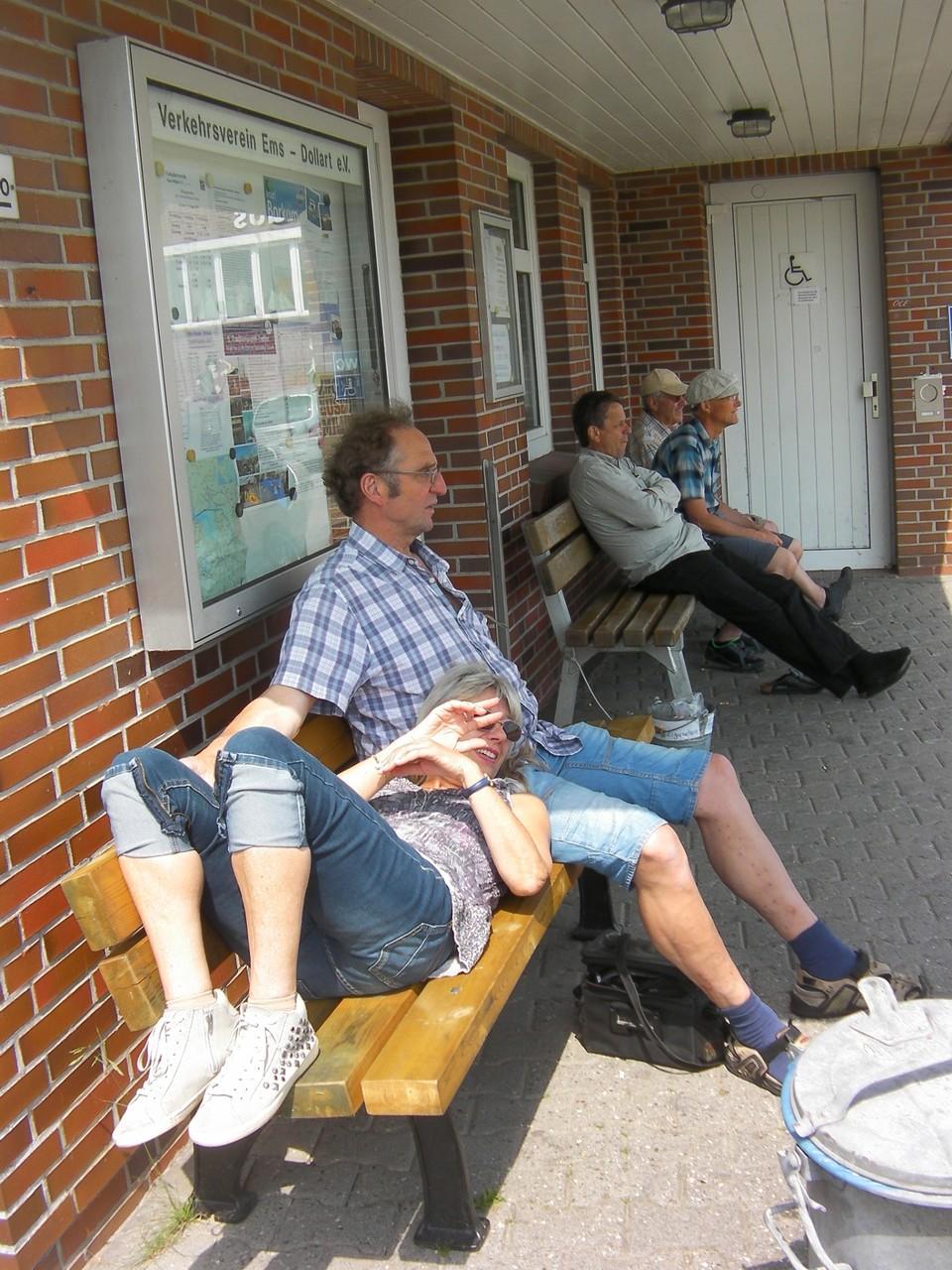 Warten auf das Fährschiff in Ditzum