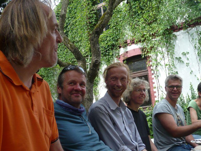 Die Liegeradkonstrukteure Frank, Fidi, Heiko und Christian. In ihrer Mitte die erfolgreiche Liegeradrennfahrerin Hanna.