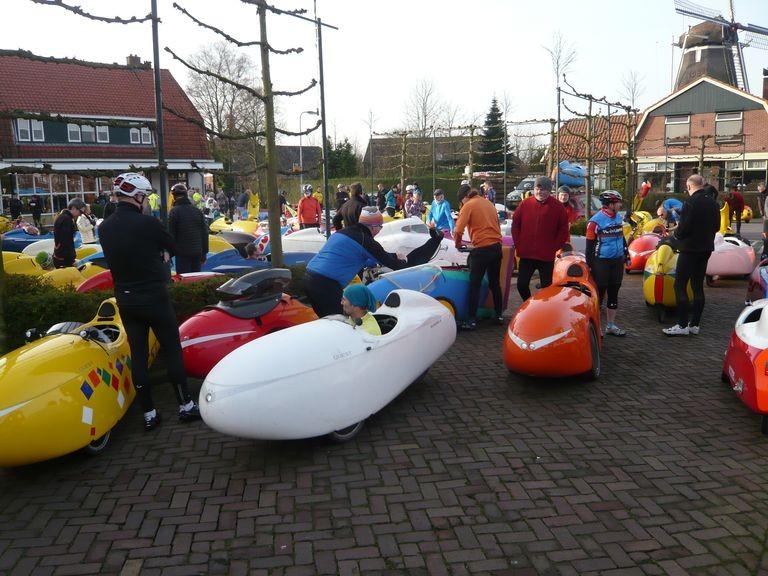Der Start in Lattrop (Provinz Drenthe), alle wollen vom Parkplatz: Velomobilstau!