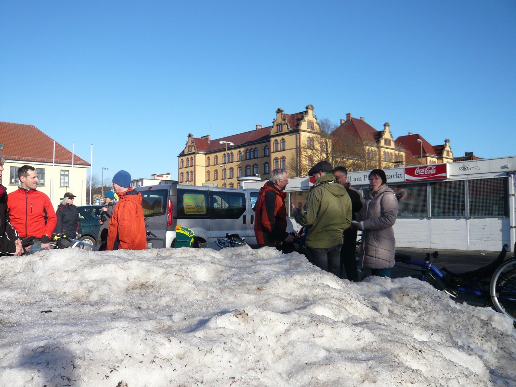 Blauer Himmel und Schnee - Kohlfahrtwetter am Pferdemarkt.
