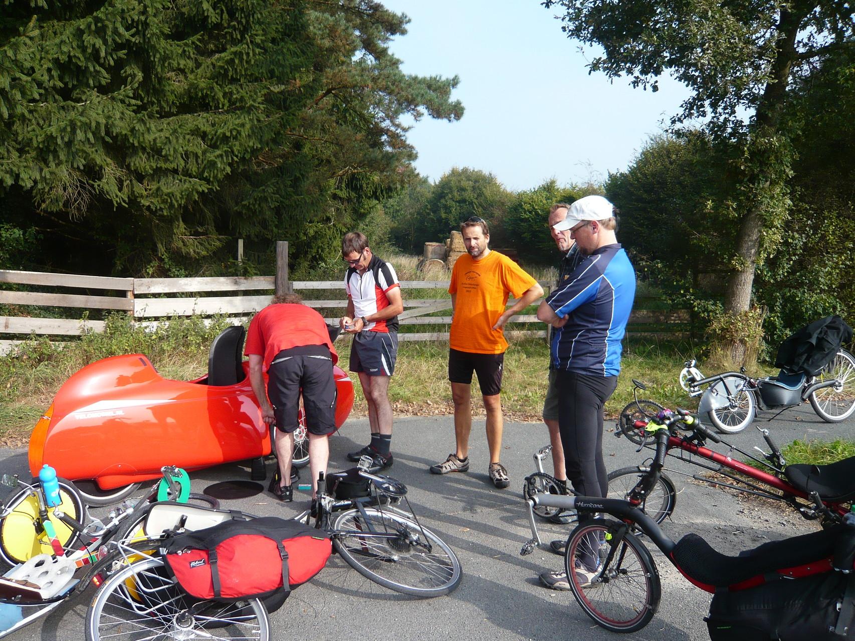 Nachdem Martin und Fidi dabei sind, zeigt Dreiradfahrer Martin dem Dreiradfahrer Fidi wie man sich zwei Platten gleichzeitig einfährt.