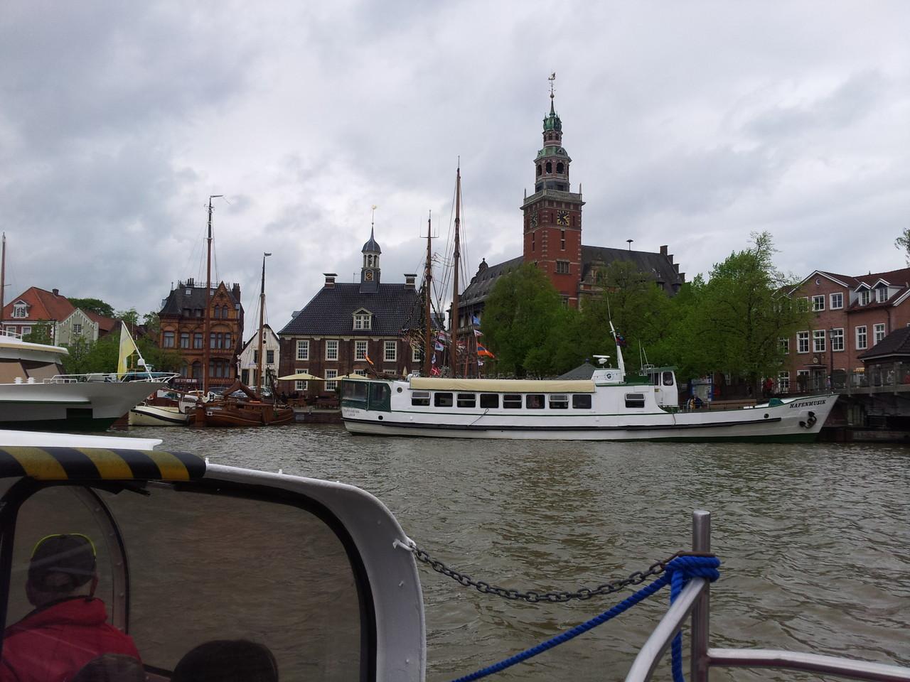 Hafenrundfahrt vorbei am Leeraner Rathaus