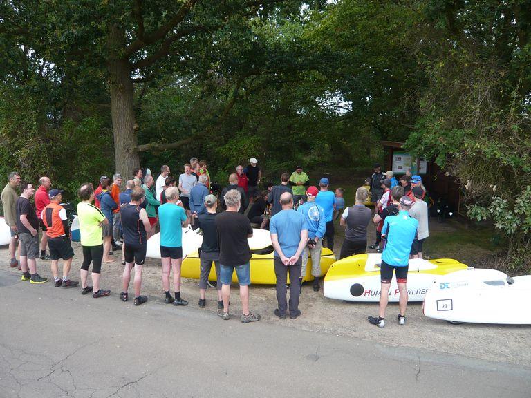 Am Samstagnachmittag pünktlich um 15.30 Uhr wurden über 50zig SternfahrerInnen an der Mitte von Niedersachsen durch Dieter  begrüßt.