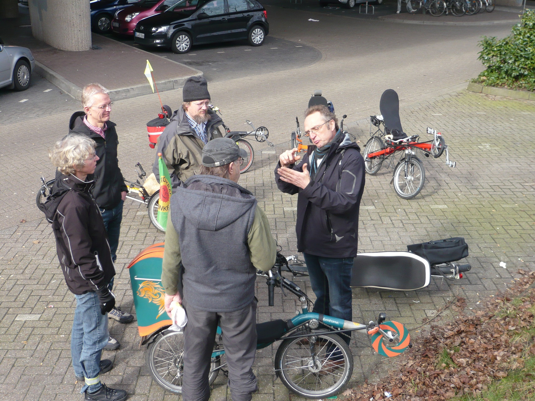 Hans weist Enno noch auf wichtige Feinheiten beim bedienen der Musikinstrument Tasten  hin.