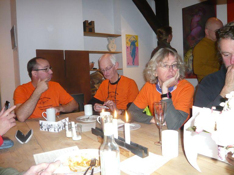 ... aber Kaffeeundkuchen im orangen Designershirt muss sein.