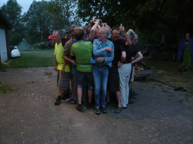 Zusammenrücken für den guten Zweck. 36 Personen zwängten sich in einen 28 Zoll Fahrradschlauch und gewannen so 80 € vom Dieter für das Kinderhospiz Löwenherz in Syke.