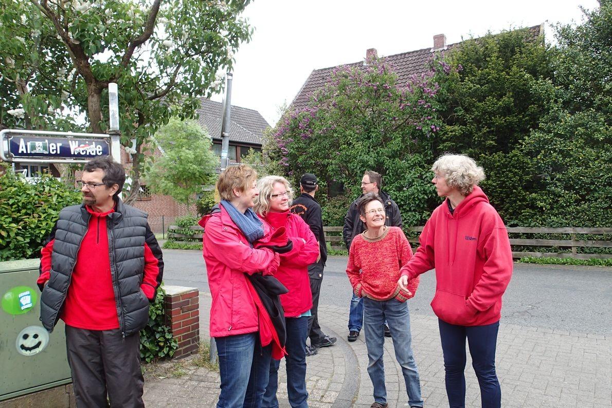 Vier Damen in rot, die kleinste ist Annette - sie hat den meisten Kuchen gebacken. Danke!