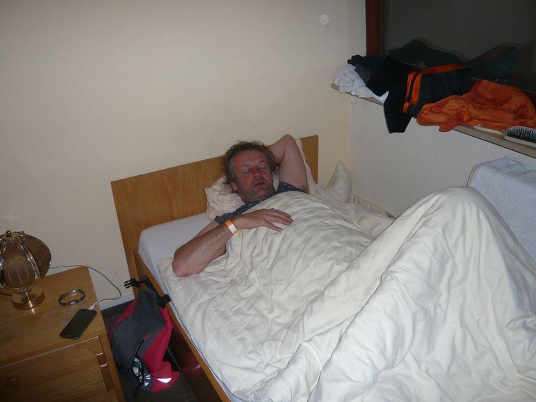 Schon um 6.00 Morgens begannen die Vorbereitungen. Die Beine wurden in der über Nacht erprobten Liegeposition leicht angewinkelt ...