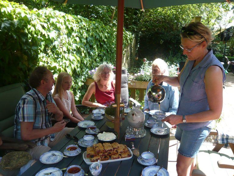 """Zu Tee bei Dieter im Moor, dazu gibt es """"Baumkuchen""""."""