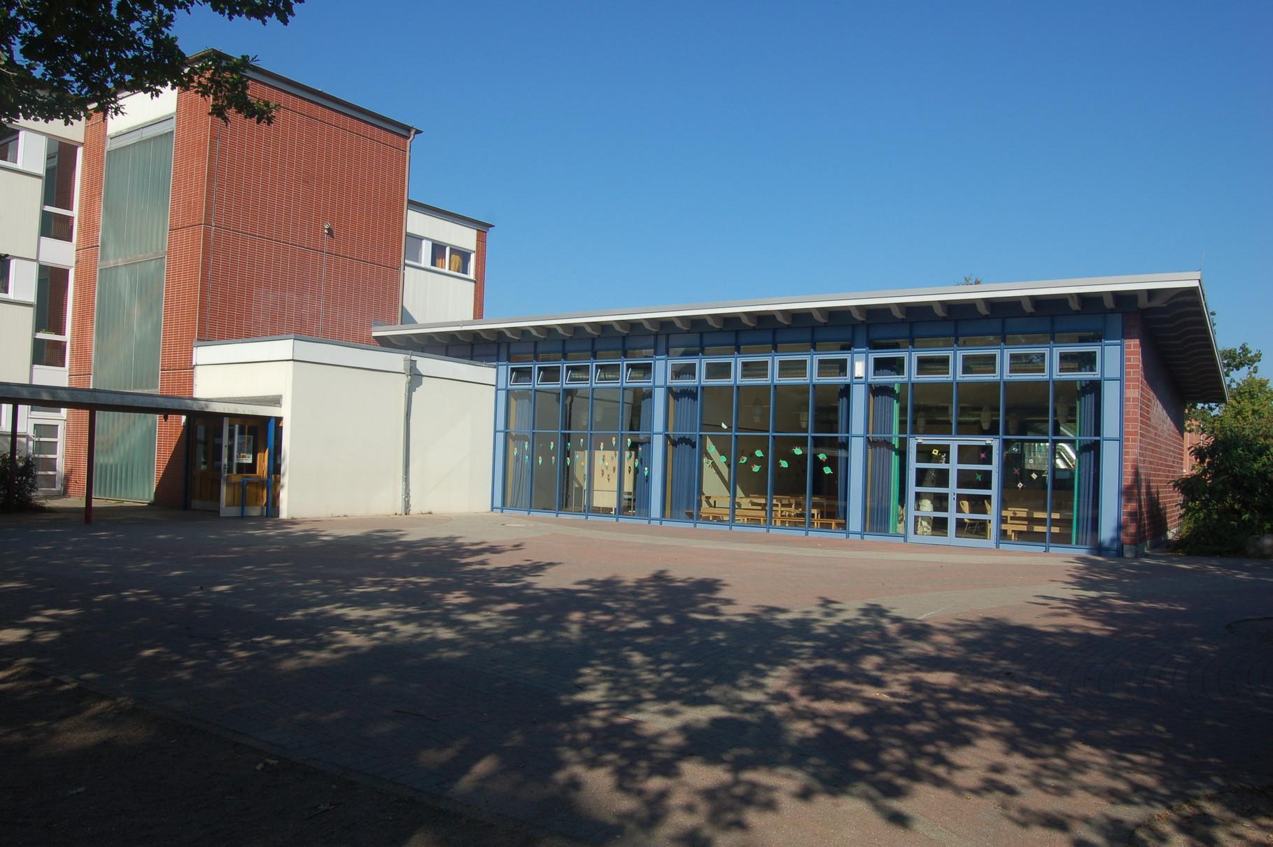 Schulgebäude - Aula von außen, Schulhof