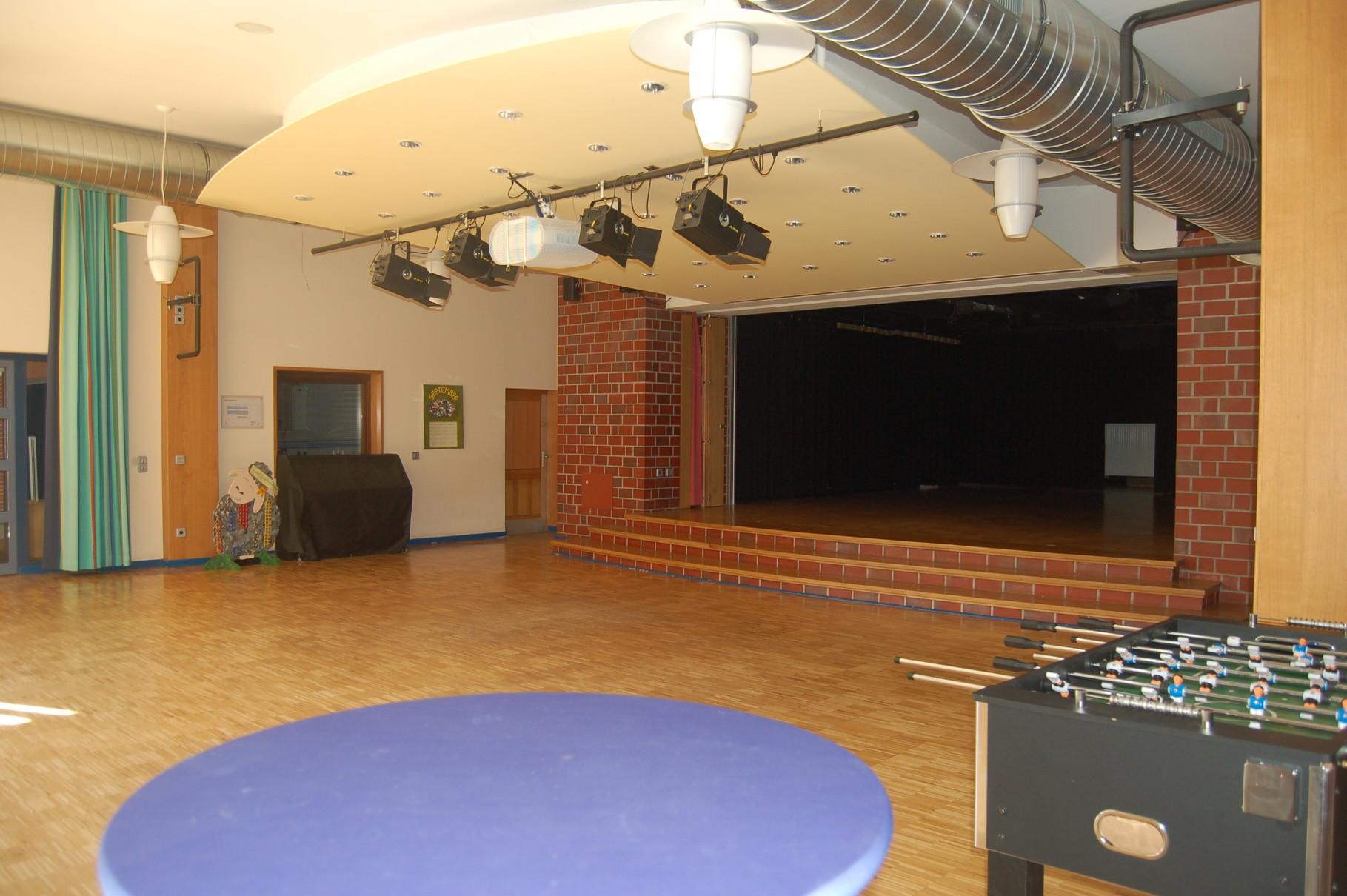 Aula mit Bühne