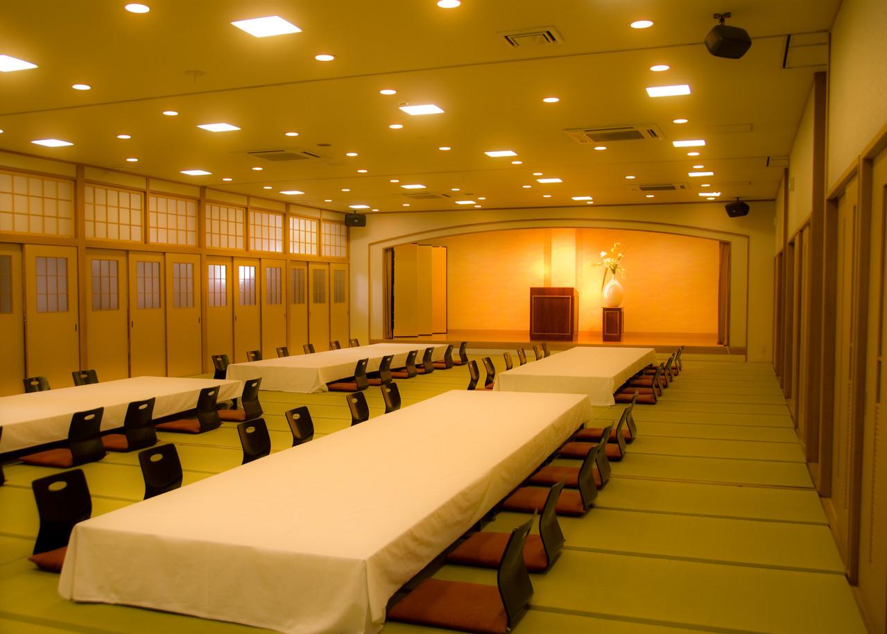 和洋併用の多目的ホールです。時間貸にてのご利用が可能です。