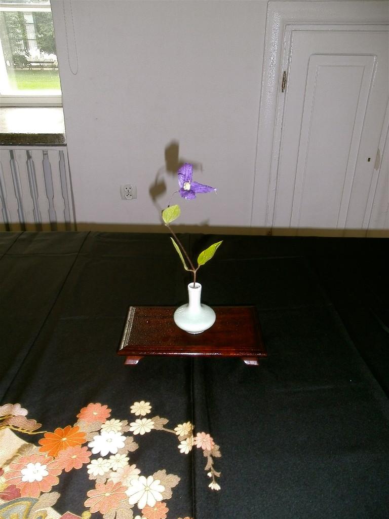 5センチくらいの小さな花器です。