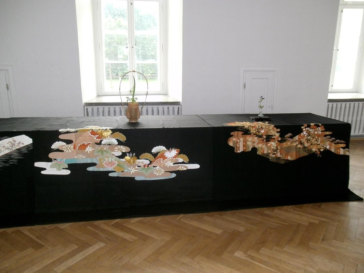 中央の幕はワルシャワ裏千家に寄贈