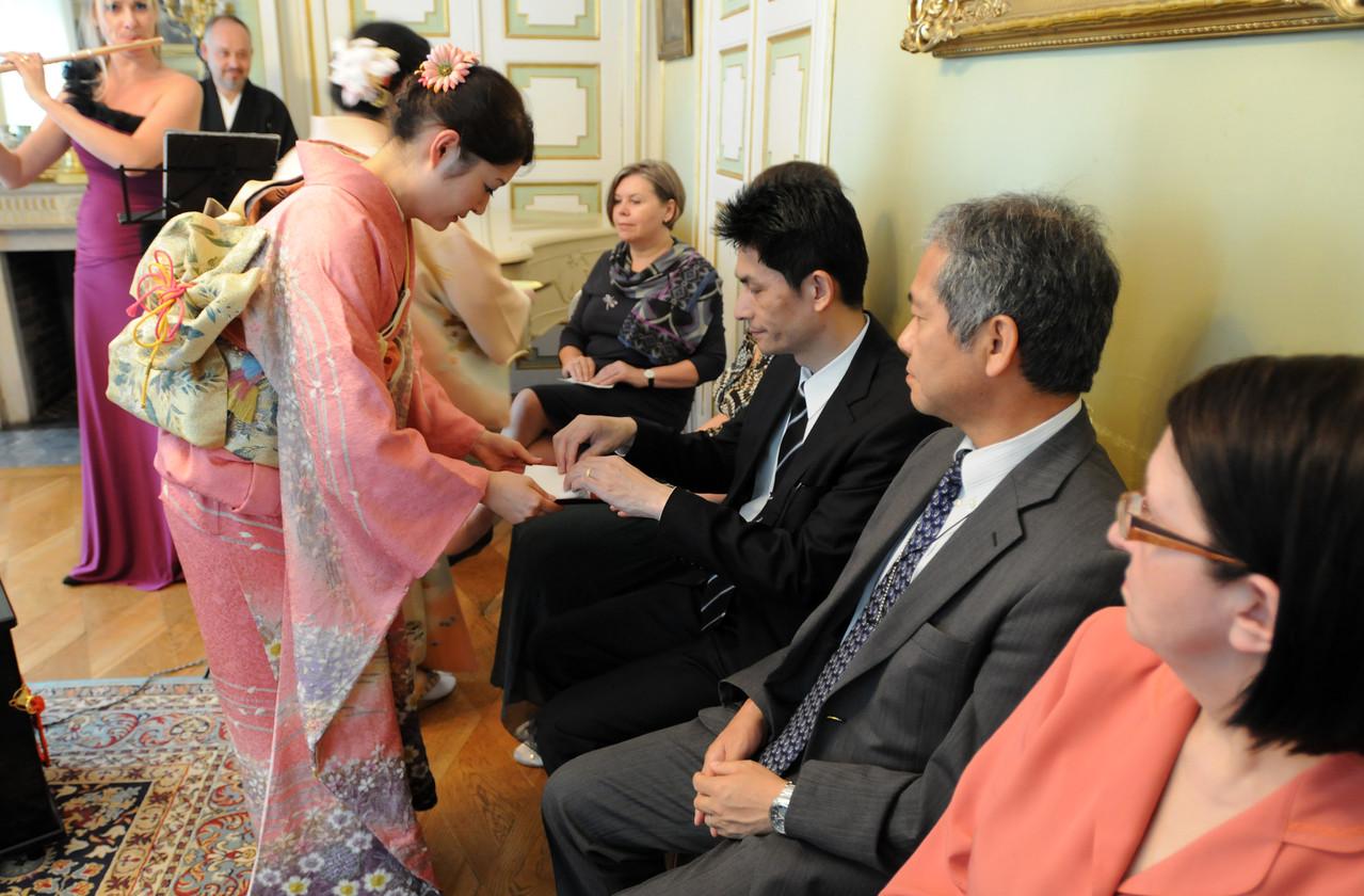 男性は日本大使館御客様 お運び櫻井雅心