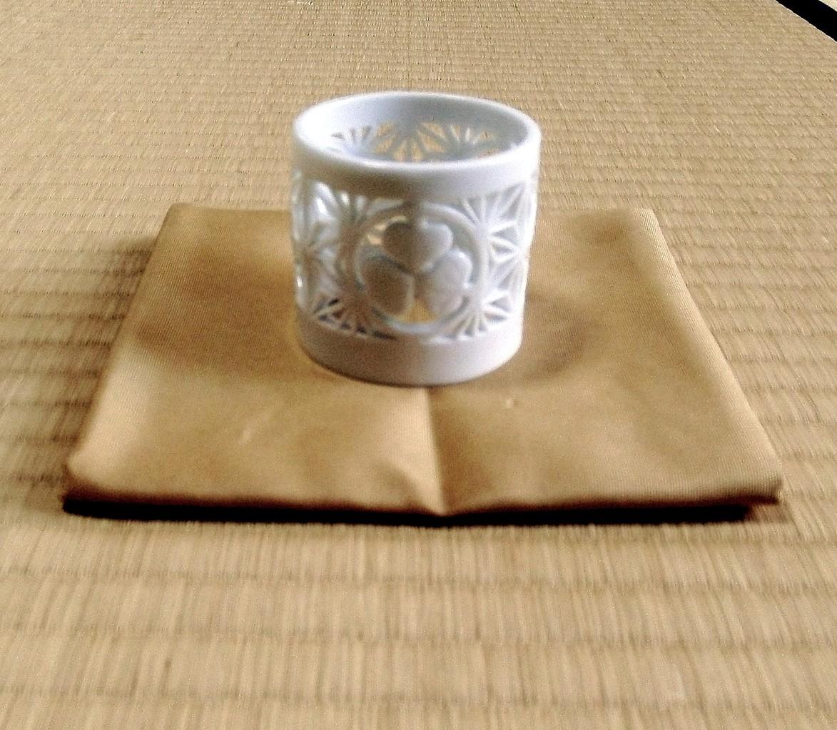 白磁葵紋麻の葉透かし蓋置