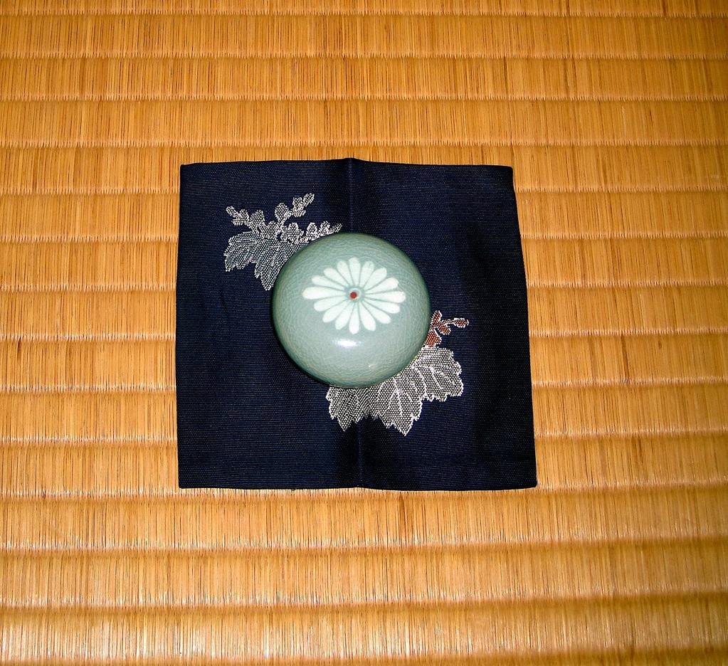 香合 青磁菱菊象眼(雅流流儀紋)