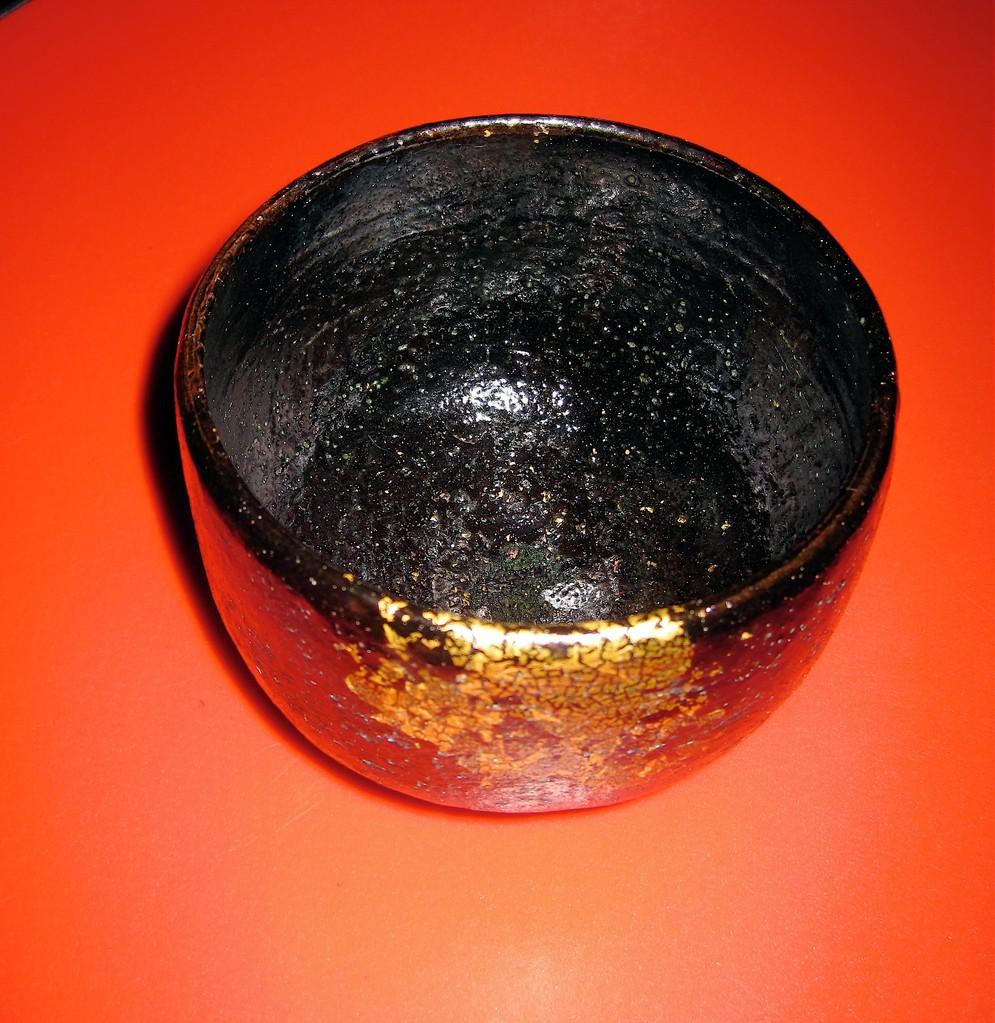 金彩黒樂茶碗