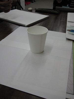 モチーフの白い紙コップ