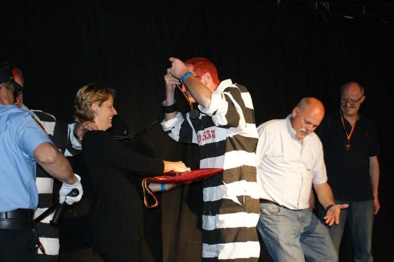 Plötzlich brechen 2 Gefangene aus dem Knast und stehlen die Siegermedaillen