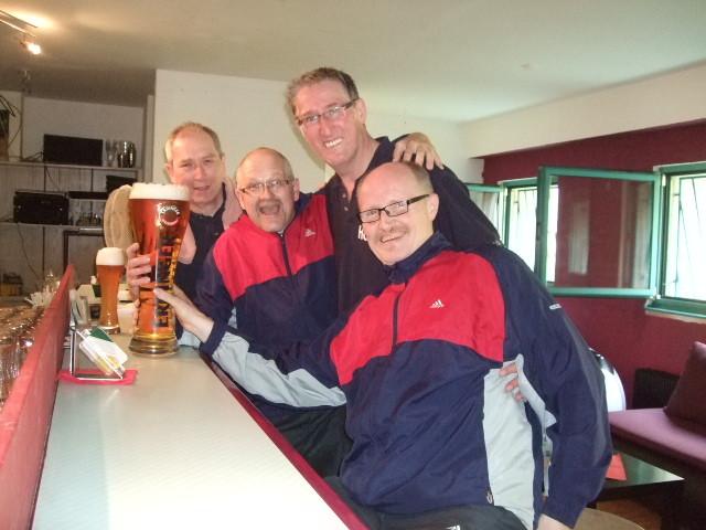 Nach Wettkampf trinken wir ein 3 Liter Bierglas