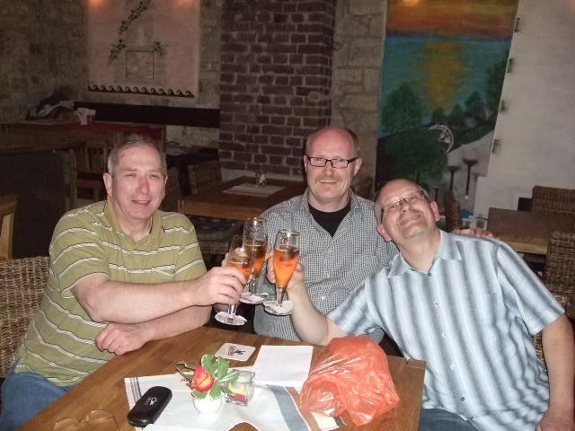 Die 3 sitzen nach Vorlauf im Restaurant und sehen gemütlich  Österreich - Deitschland fern