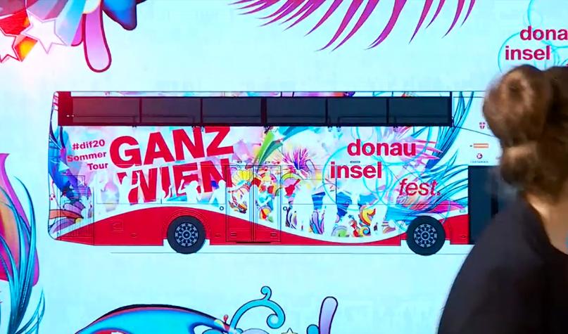 Mit diesem Bus wird durch Wien getourt: Um Menschenansammlungen zu vermeiden, wird nicht verraten welcher Act wann und wo auftritt. (c) Screenshot ORF