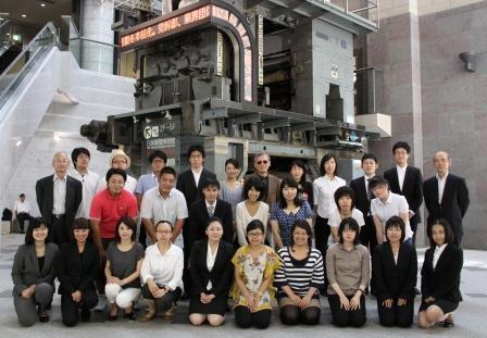 日本新聞博物館前にて記念撮影